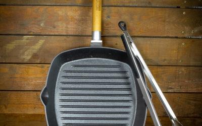 Grill-Bratpfanne aus Gusseisen 26cm mit abnehmbarem Griff + Grillzange